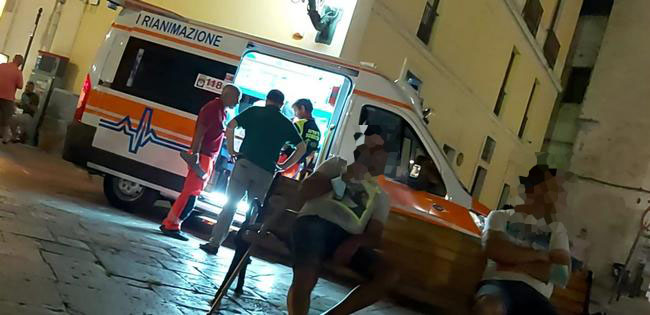 MALORE IN PIAZZA SALANDRA. INMEDIATO L'INTERVENTO DEI SANITARI DEL 118