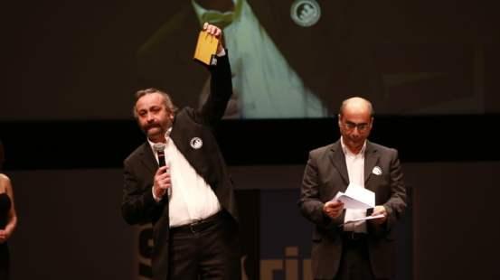 Onur Ünlü, 'İtirazım Var' filmiyle En İyi Yönetmen seçildi.