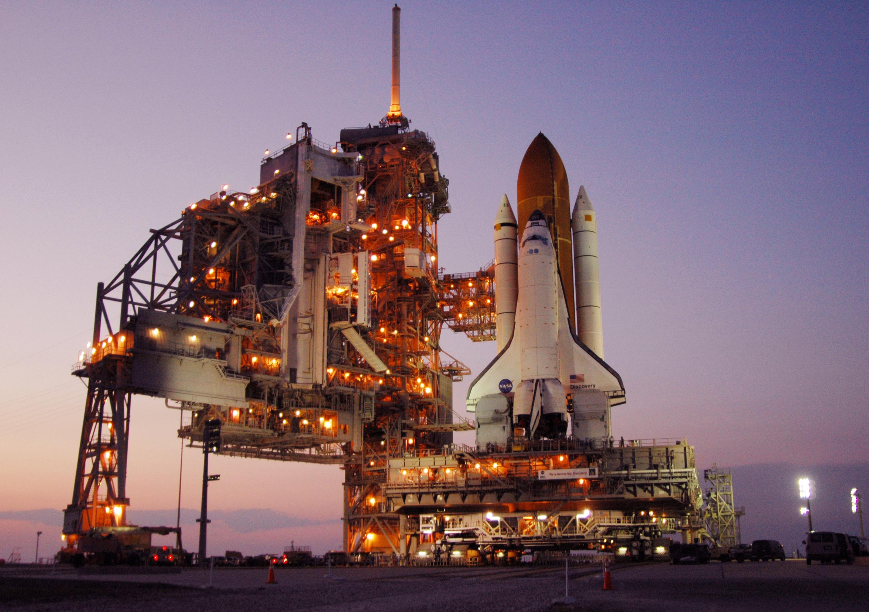 Transbordador espacial Discovery en la plataforma de lanzamiento 39B listo para despegar en la misión STS-121 de la NASA.