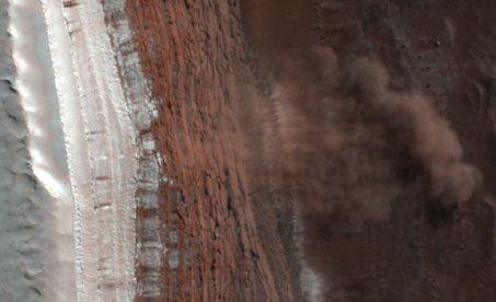 Valanga di neve al polo nord di Marte [credit: NASA.gov]