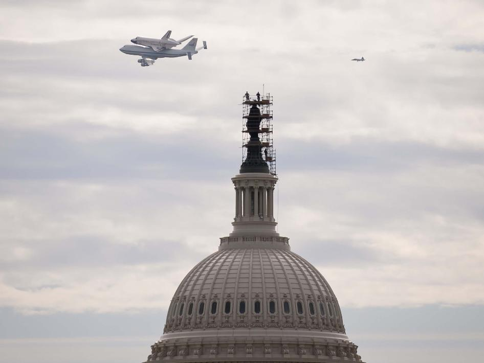 El transbordador espacial Discovery de la NASA montado encima de un 747 Shuttle Carrier Aircraft