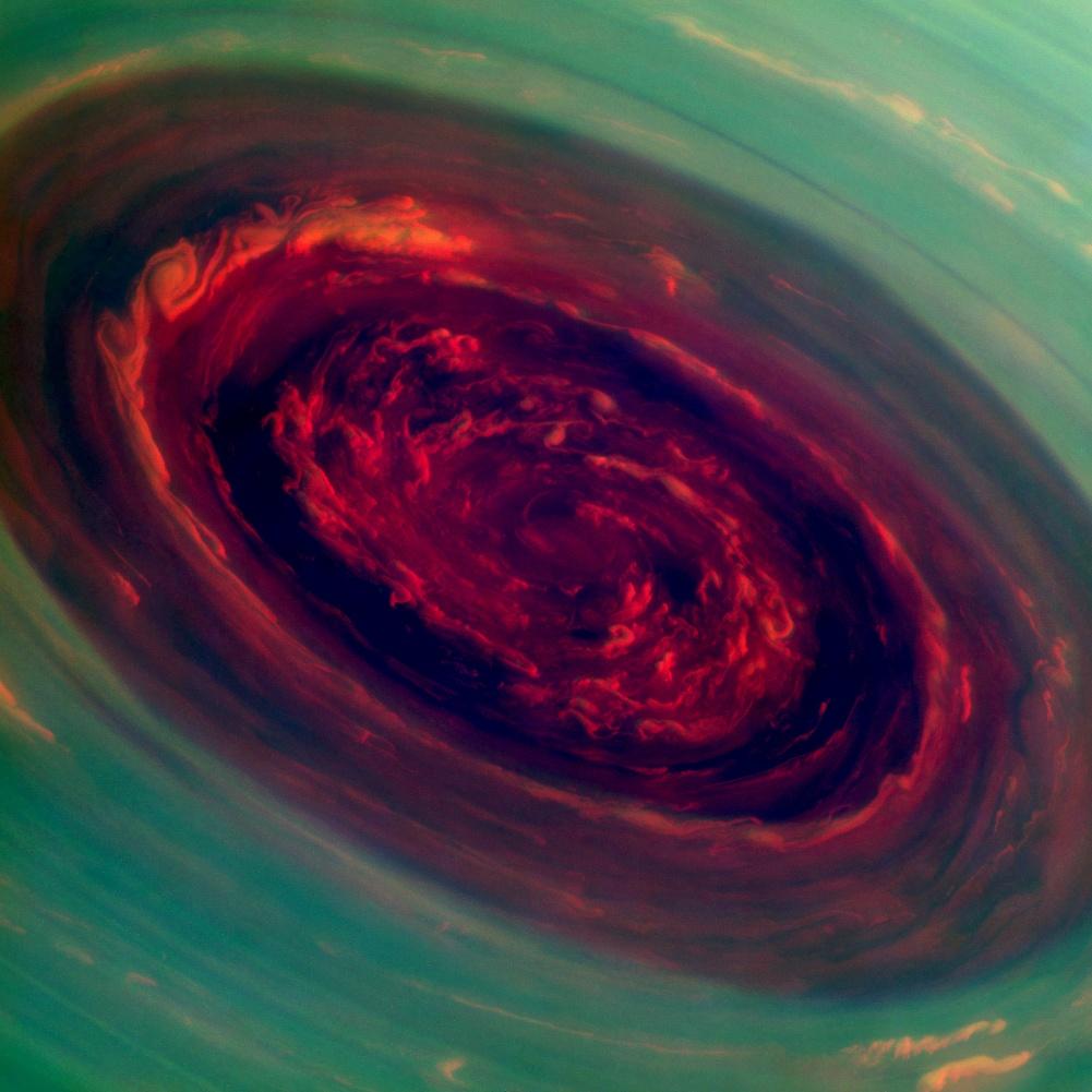 Ojo rojo en el polo norte de Saturno
