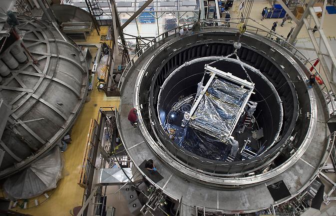 Instrumentul Modulul Știință integrat (ISIM) din James Webb Space Telescope iese din camera de vacuum termic.
