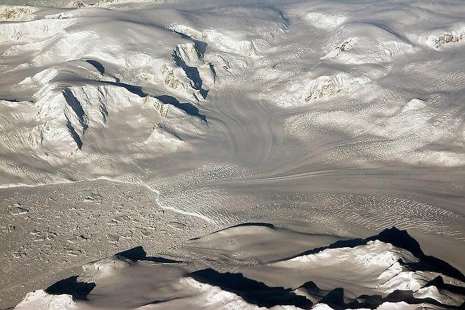 Ghețarii și munți în soare de seara sunt văzute pe un zbor de cercetare Funcționare IceBridge, revenind de la West Antarctica pe