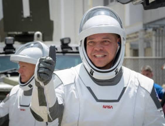 Los astronautas de la NASA Robert Behnken, primer plano, y Douglas Hurley, vestidos con trajes espaciales SpaceX
