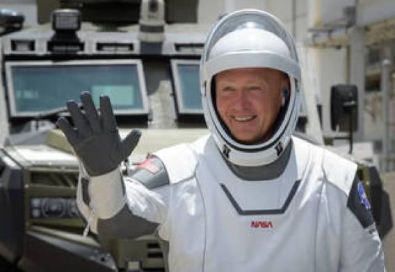 El astronauta de la NASA Douglas Hurley saluda mientras sale del edificio de operaciones y verificación Neil A. Armstrong para el complejo de lanzamiento 39A