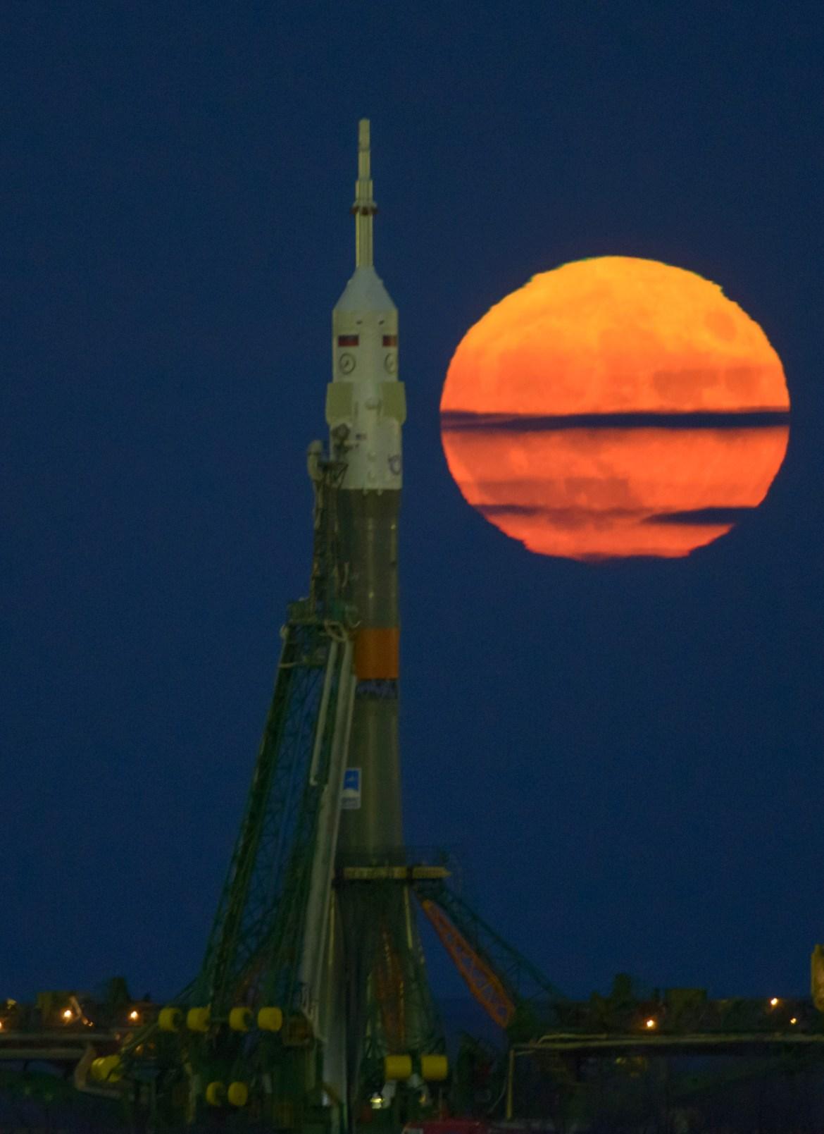 La super Lune du 14 novembre vient de se lever, au-dessus du pas de tir de la fusée Soyouz, au cosmodrome de Baikonour, où vont embarquer trois astronautes (parmi lesquels le français Thomas Pesquet), le 17 novembre - Crédit : NASA, Bill Ingalls