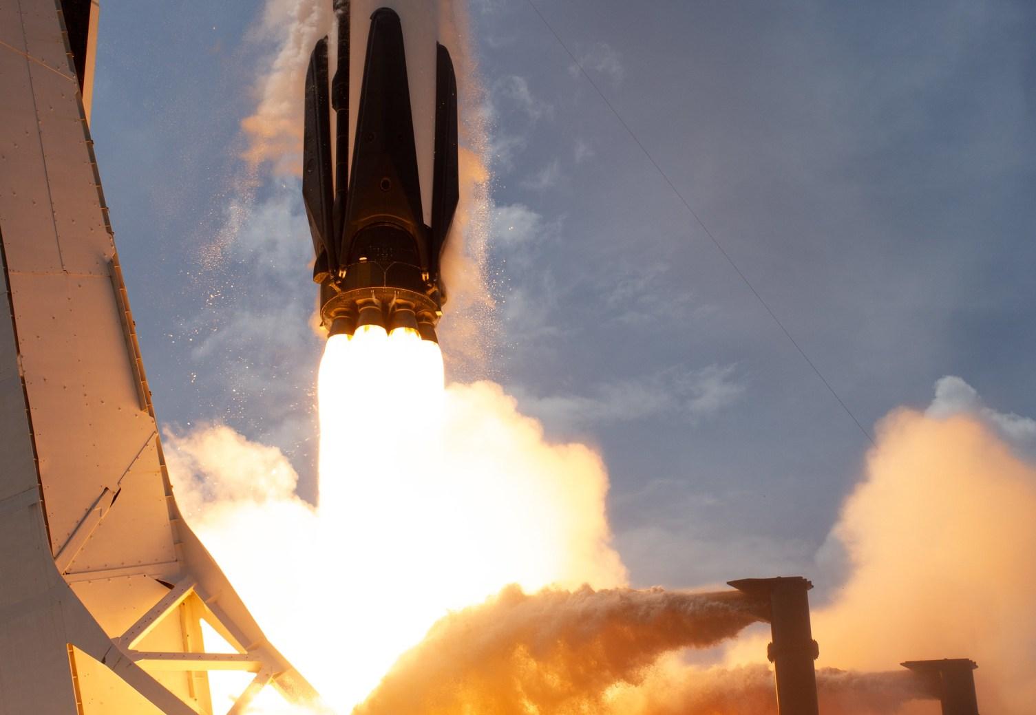 Il razzo SpaceX Falcon 9 che trasporta la navicella spaziale Crew Dragon dell'azienda viene lanciato sulla missione SpaceX Demo-2 della NASA alla Stazione Spaziale Internazionale.