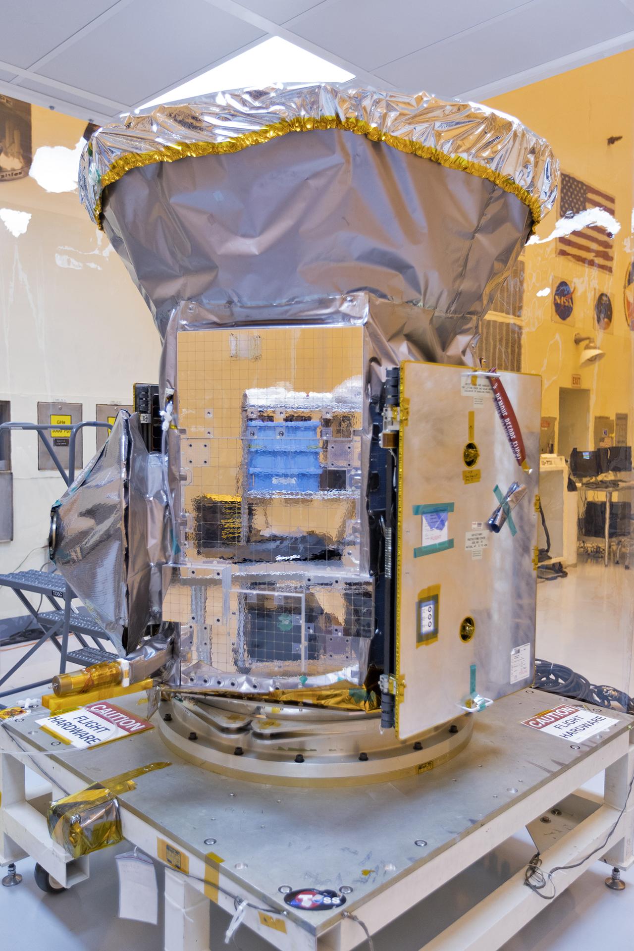 O Satélite de Pesquisa de Exoplanetas por Trânsito - TESS (sigla para Transiting Exoplanet Survey Satellite) chega ao Centro Espacial Kennedy da NASA, onde será submetido a preparativos finais para o lançamento. O lançamento está programado para não mais cedo do que 16 de abril, pendente da homologação