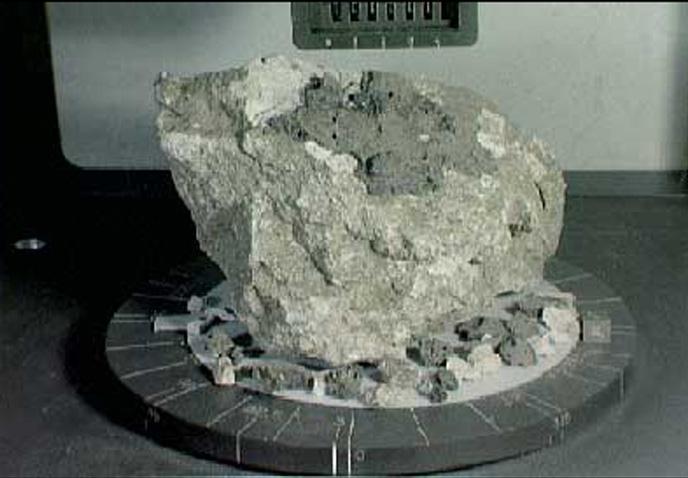 Échantillon de roche anorthosite prélevé dans les hautes terres lunaires.