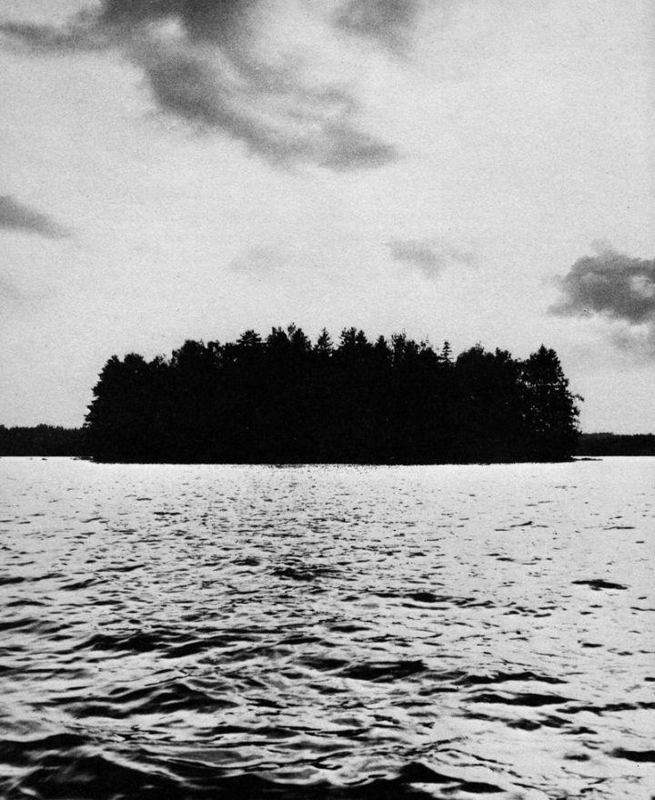 Sägenomspunna Biskopsö, som en trollsk pärla i Serarpssjön