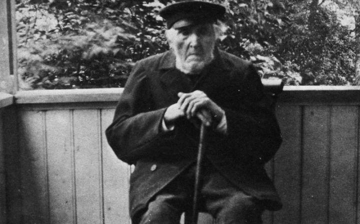 En strävsam torpare, Daniel Pahn, här på ålderns höst sittande på ålderdomshemmets veranda. Pahn nådde den aktningsvärda åldern 100 år.