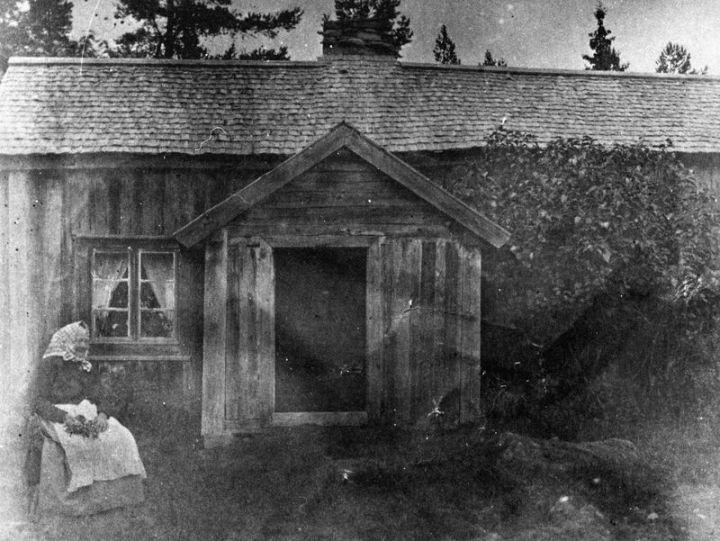Kristina Stark utanför torpet Stenhagen under Överåkra