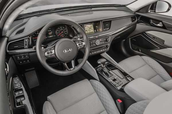 2017 Kia Cadenza interior