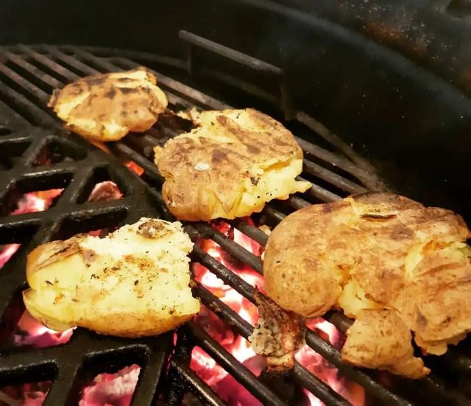Grilled potatoes! Wat zijn dat nou precies? Niets minder dan kruimige aardappelen stomen op de bbq om ze vervolgens boven heet vuur te grill.