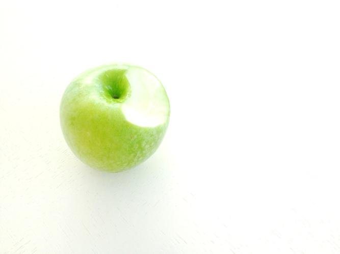 jak-prawidlowo-jesc-jablko-1