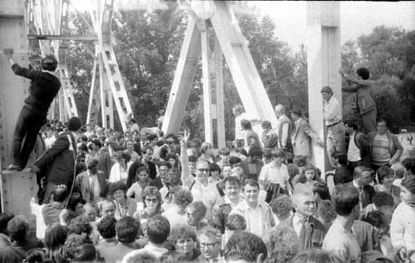 Podul-de-flori-6-mai-1990-13-foto-Valeriu-Oprea-BasarabiaBucovina.Info_