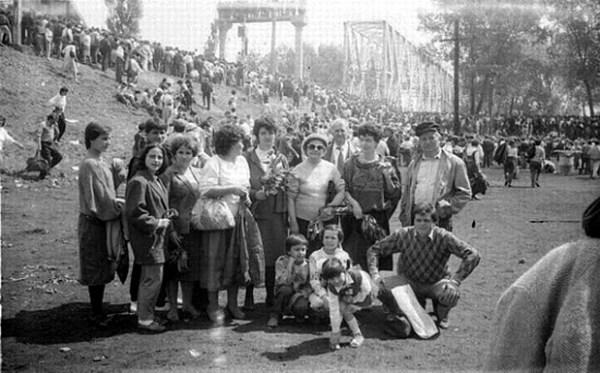 Podul-de-flori-6-mai-1990-16-foto-Valeriu-Oprea-BasarabiaBucovina.Info_