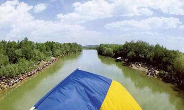 Podul-de-flori-6-mai-1990-18-fotografie-de-regretatul-Andrei-Vartic-BasarabiaBucovina.Info_