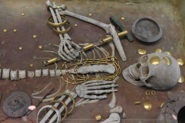 schelet cu podiabe din aur
