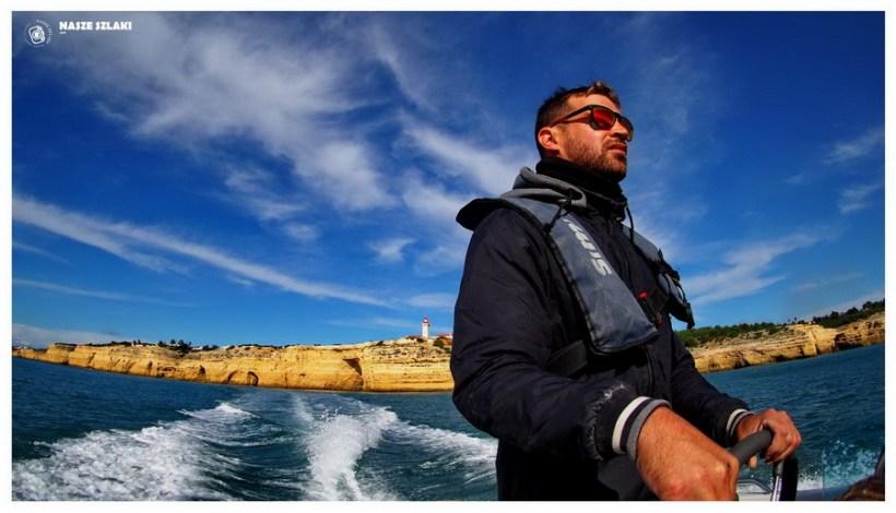 Algarve-jaskinie-portugalia-plaża-wybrzeże-benagil-statek-transport-morze-zwiedzanie-europa-atrakcje-co-zobaczyć