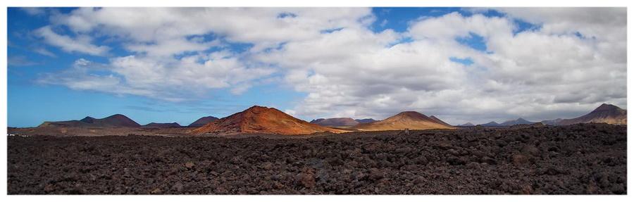 Hiszpania-Lanzarote-wyspa-ognia-wulkaniczna-kanaryjskie-atrakcje-księżycowy-krajobraz-góry-skały