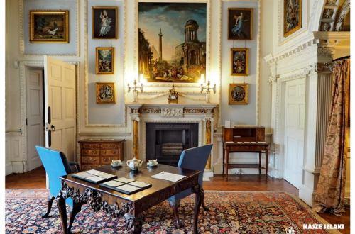 Stourhead Posiadłość National Trust Anglia, atrakcja turystyczna, sanol z antycznymi meblami, obrazy na ścianach
