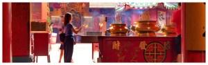 świątynia Guan Di, świątynia chińska, miejsce modlitwy chińczyków z Kuala Lumpur w Malezji, dziewczyna odprawia modły, kolorowe, bogate wnętrze świątyni