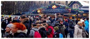 Jarmark bożonarodzeniowy, Praga Czechy, tłumy ludzi, jedzenie, picie