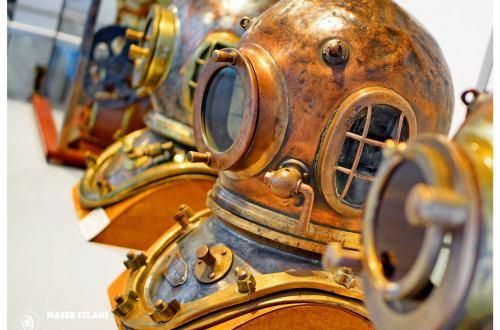 Hełm nurka głębinowego w Muzeum Morskim w Gdyni.