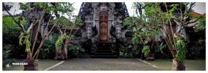 Wejście do świątyni na wyspie Bali. Rzeźbione drzwi bogato złocone i ozdobne. Ściany i dachy również zdobione i dobrze utrzymane. Budynki otoczone zielenią i kwiatami, bardzo kolorowe i spokojne.