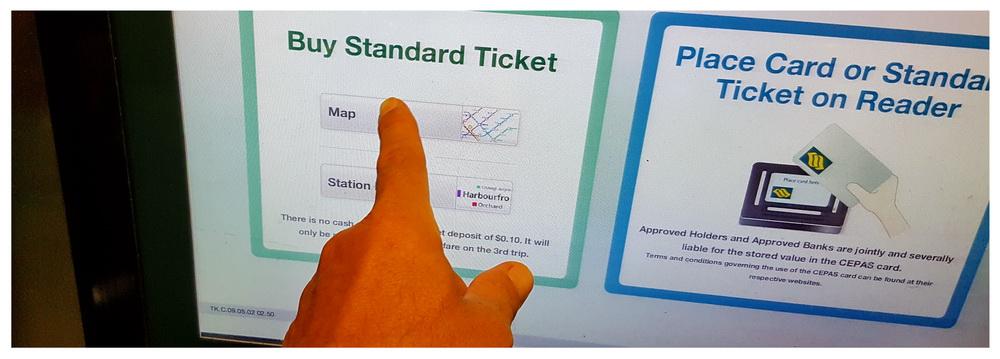 Automat biletowy w Singapurze, obsługiwany dotykowo na dużym ekranie