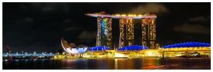 Hotel Marina Bay Sands widziany od strony Clifford Square. Podczas pokazu laserów, który odbywa się codziennie o godzinie 19:45 cała konstrukcja wygląda nieziemsko. Nocny widok na Singapur, atrakcja turystyczna