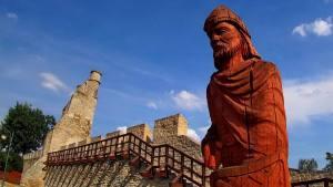 Szydłów - miasto pełne jest rzeźb drewnianych i posągów