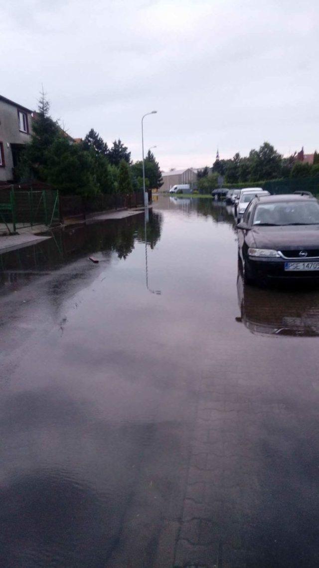 Zalana ulica Szkolna w Śremie po nawałnicy