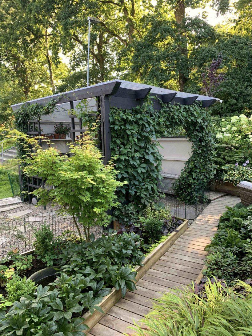 Natalia Lindberg Trädgårdsdesign - Pergola svart grå klättervildvin liten trädgård trägång
