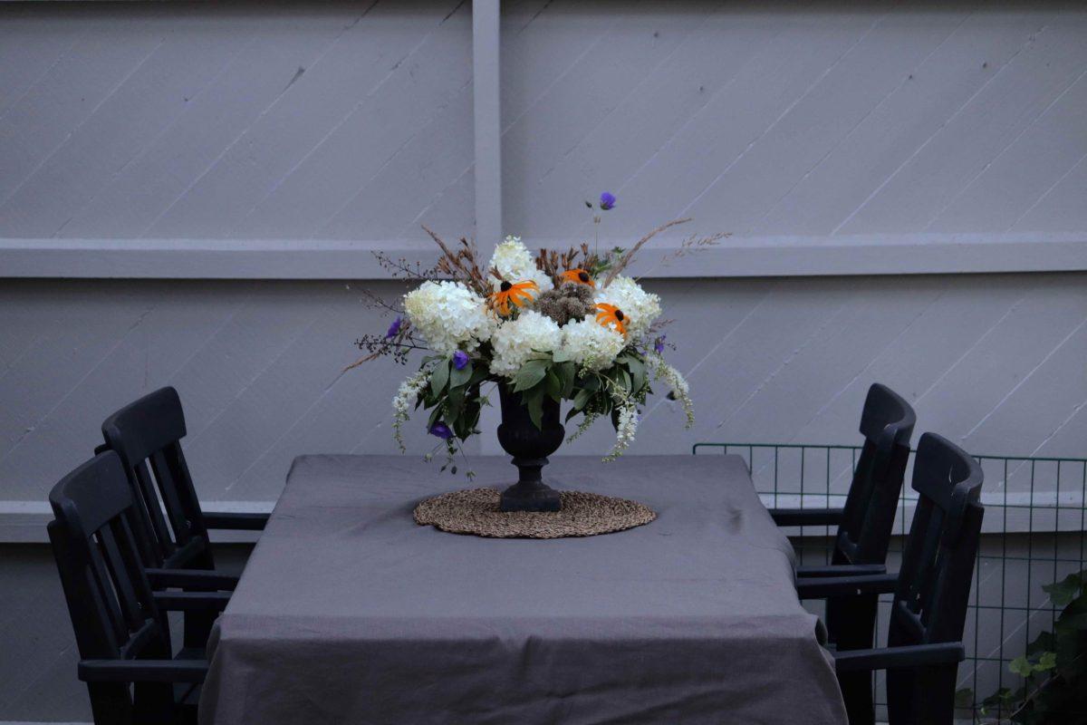 Natalia Lindberg Trädgårdsdesign Blombukett från din egen trädgård matbord utomhus pergola hortenisa