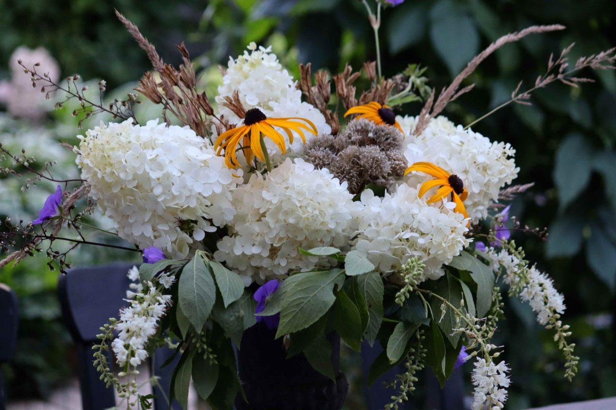 Natalia Lindberg Trädgårdsdesign Blombukett från din egen trädgård hortensia rudbekia urna konvaljbuske trädgårdnäva