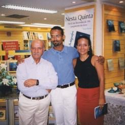 Com meu pai e minha irmã Mila, durante o lançamento de Sob os Telhados da Noite. Livraria Siciliano, Salvador, 2.12.1999.