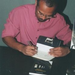 Durante o lançamento de Esconderijos em Papéis. Livraria Saraiva, Salvador, 18.09.2007.