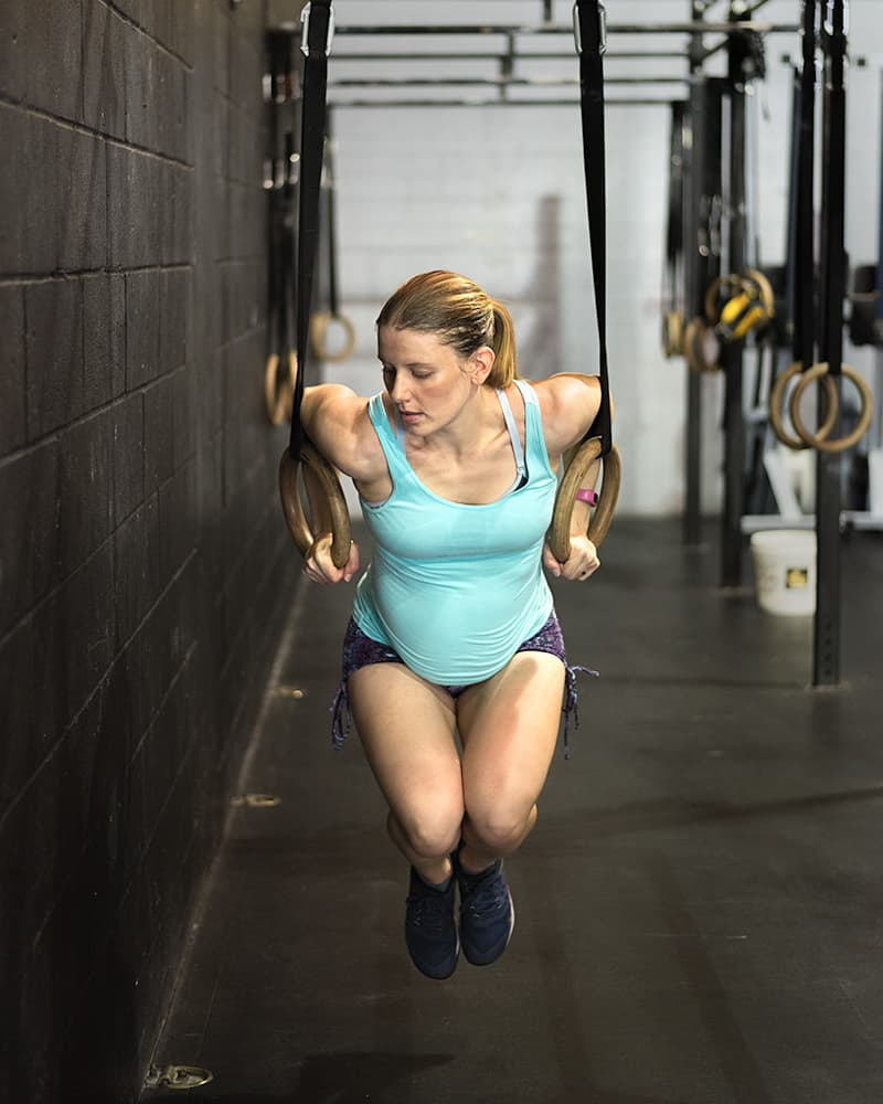 Gym maternity photoshoot - ring dips