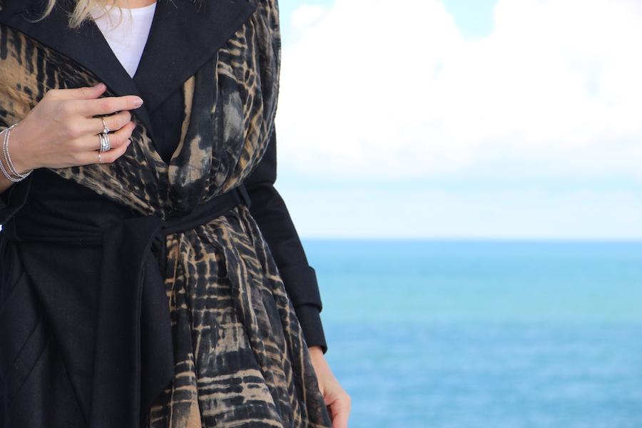 come indossare la pashmina sul cappotto