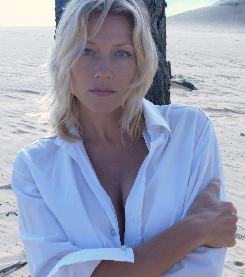 Как носить белую рубашку на море