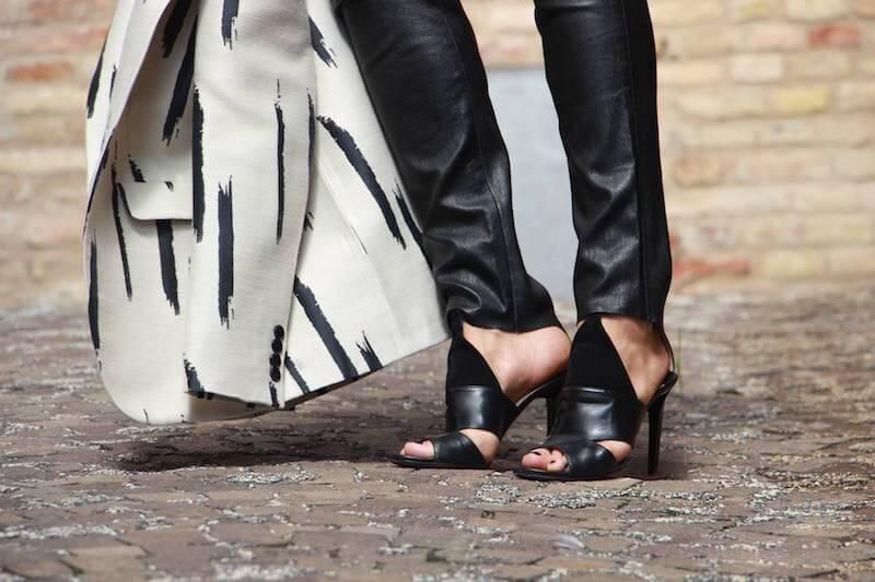 Pantaloni pelle look all black chic sandali