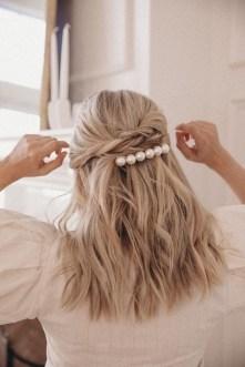 5 modi di indossare le perle sui capelli sciolti
