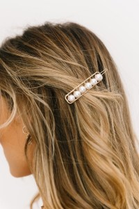 5 modi di indossare le perle sui capelli barrette forcine