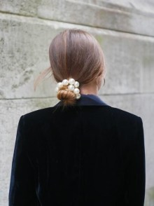 5 modi di indossare le perle sui capelli chignon