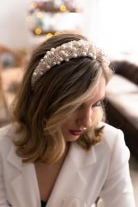 5 modi di indossare le perle sui capelli cerchietto