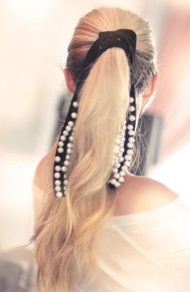 5 modi di indossare le perle sui capelli coda