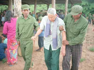 "+MAGS OUT+, ONE TIME USE ONLY, NO ARCHIVES, ++ SWEDEN OUT, DAILY MAIL AND SUNDAY TIMES OUT ++ Notorious Khmer Rouge leader Pol Pot is assisted by soldiers as he arrives to attend his trial 25 July during which he was denounced by former comrades at the Khmer Rouge stronghold of Anlong Veng in northern Cambodia. The veteran revolutionary and three of his top commanders were ""tried"" and sentenced to life imprisonment for the murder of former Khmer Rouge defence minister Son Sen and his family. AFP PHOTO Copyright-1997 Nate THAYER/Tom KELLER & Associates +MAGS OUT+, ONE TIME USE ONLY, NO ARCHIVES ++ SWEDEN OUT - DAILY MAIL & SUNDAY TIMES OUT ++"
